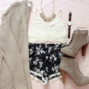 bezowe buty bezowy sweterek bluzka i krotkie spodenki